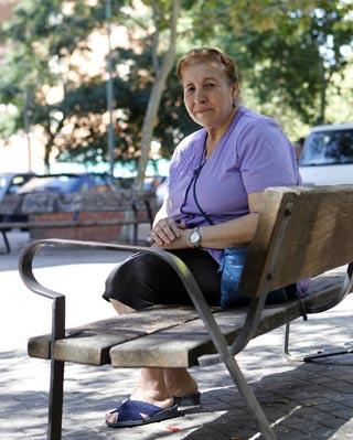 Amelia Barrul, frente a su casa, en Madrid - MÓNICA PATXOT
