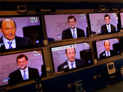 Rubalcaba y Rajoy, en varios televisores en Madrid. REUTERS