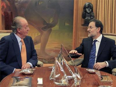 El rey Juan Carlos conversa con el presidente del PP, Mariano Rajoy. EFE
