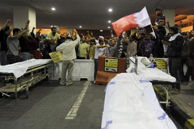 Manifestantes se concentran ante el hospital Salmaniya de Manama, Bahréin, este viernes.- Mazen Mahdi (EFE)