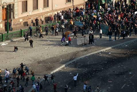 Seguidores de Mubarak, contra sus detractores en la plaza Tahrir de El Cairo, la capital egipcia. REUTERS/Yannis Behrakis