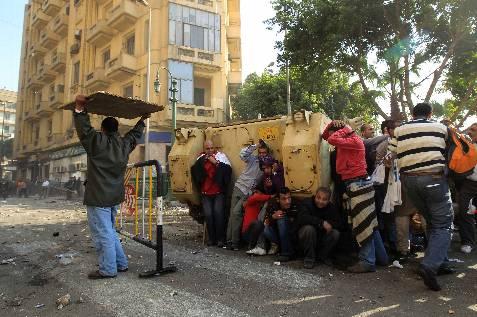 Los manifestantes tratan de protegerse durante la batalla campal. REUTERS/Goran Tomasevic