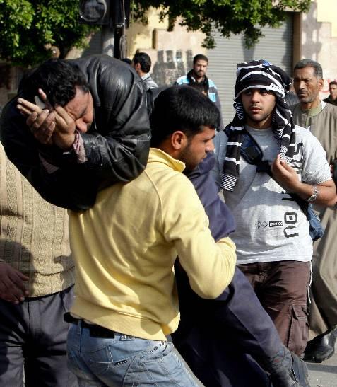 Un manifestante herido es trasladado durante los enfrentamientos entre partidarios y detractores del presidente egipcio. EFE/ANDRE PAIN