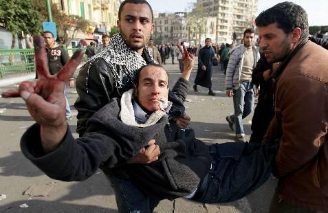 Manifestantes trasladan a un herido durante los enfrentamientos vividos en la plaza Tahrir. EFE/Manuel de Almeida