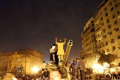 Un egipcio detractor de Mubarak, en un tanque situado en la plaza Tahrir, de El Cairo. AFP PHOTO / MOHAMMED ABE
