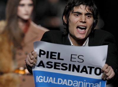 Un activista de Igualdad Animal irrumpe el desfile de Ion Fiz en Cibeles Madrid Fashion Week. EFE