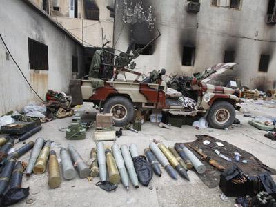 Varios tipos de munición yacen, ayer, en un edificio gubernamental tomado por la revuelta en Bengasi.A. W. / REUTERS