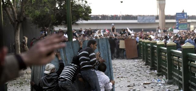 Manifestantes contra Mubarak y seguidores del presidente protagonizan una auténtica batalla campal ayer en la plaza Tahrir en El Cairo.MARCO LONGARI / afp