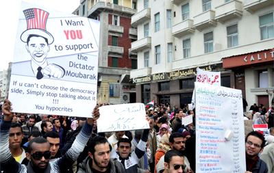 Los manifestantes egipcios consideran que el presidente de EEUU, Barack Obama, es un hipócrita al proteger a Mubarak.