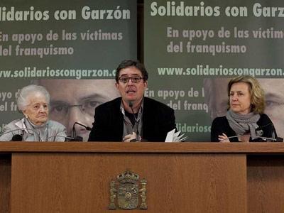 El poeta Luis García Montero con Concha Carretero y Azucena Rodríguez en la Presentación de la campaña 'Solidarios con Garzón'. REYES SEDANO
