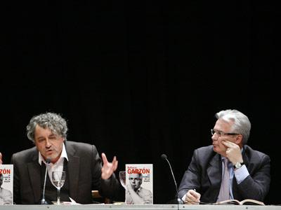 El escritor Manuel Rivas junto al exmagistrado Baltasar Garzón, ayer en el Círculo de Bellas Artes.. mónica patxot