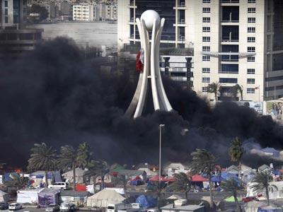 La Policía asaltó ayer la plaza de la Perla de Manama.