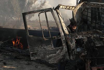 En la carretera entre Bengasi y Ajdabiya hay decenas de vehículos de las fuerzas leales a Gadafi destrozados por los bombardeos. - REUTERS