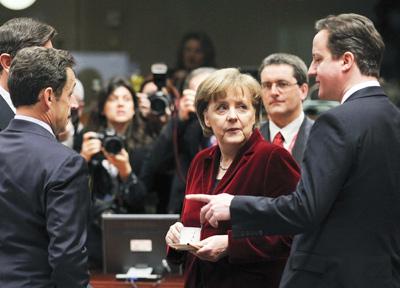 Sarkozy, Cameron y Merkel ayer en la reunión de la UE en Bruselas.