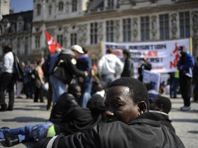 Un trabajador extracomunitario, en una protesta ante el Ayuntamiento de París. AP
