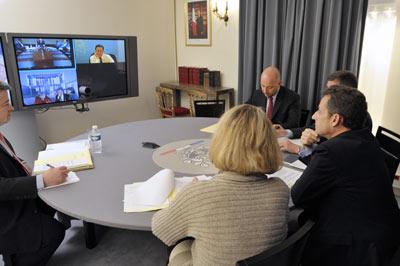 Nicolas Sarkozy (derecha) habla en videoconferencia, ayer desde París, con Barack Obama, Angela Merkel y David Cameron. - AFP