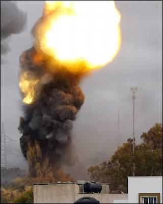 Bombardeos aliados esta mañana en Trípoli. AFP