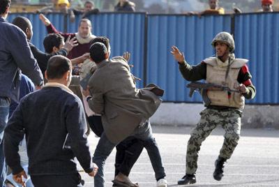 El Ejército interviene para calmar una batalla entre dos grupos en la plaza Tahrir de la capital, ayer. efe