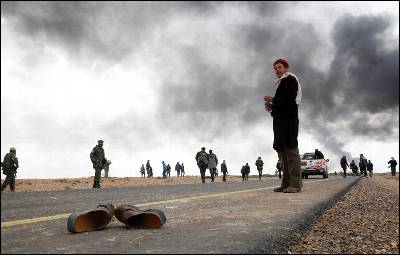 Zapatos abandonados de un rebelde tras un choque producido entre Ras Lanuf y Bin Jawad. REUTERS