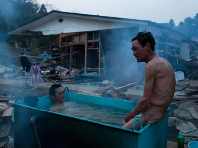 Supervivientes del tsunami en Miyagi.YASUYOSHI CHIBA / AFP