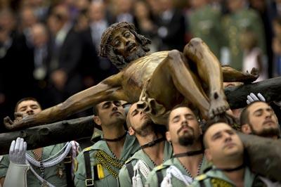 Miembros de la Legión sacan en procesión al Cristo de la Buena Muerte, el jueves en Málaga. afp