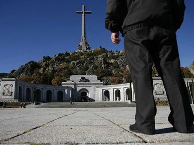 Un hombre observa el mausoleo de Franco en el Valle de los Caídos./ M. PATXOT