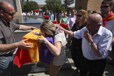 Una mujer se abraza al féretro con los restos de un represaliado cubierto con la tricolor. - GUILLERMO SANZ