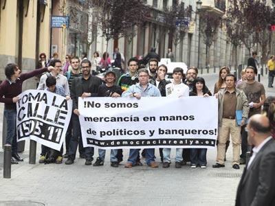 Miembros de la plataforma Democracia Real Ya, ayer en el centro de Madrid. guillermo sanz