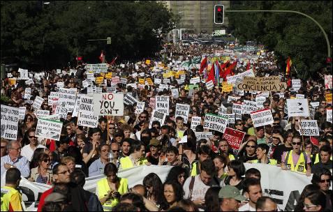 Manifestación convocada por Democracia Real YA, que recorre las calles de Madrid.