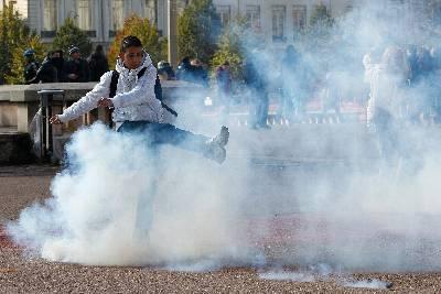 La policía francesa utilizó hoy gases lacrimógenos para desalojar a los manifestantes que desde hace varios días se habían concentrado en la parisiense plaza de la Bastilla en solidaridad con los 'indignados' de España, informó la emisora 'France Info'. EFE/Archivo