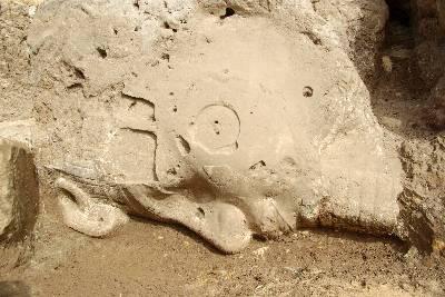 Foto facilitada por el Ministerio de Estado para las Antigüedades de Egipto en la que se ve la cabeza de una estatua dell faraón Amenhotep III (1352-1390 a.C.), padre de Akenatón y abuelo de Tutankamón, que fue descubierta recientemente durante excavaciones en un templo funerario de este monarca en la ciudad monumental de Luxor, en el sur de Egipto.