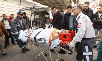 Un palestino llega al hospital Najar, en el sur de Gaza, tras resultar herido en un ataque israelí el pasado 8 de abril. SAID KHATIB / reuters