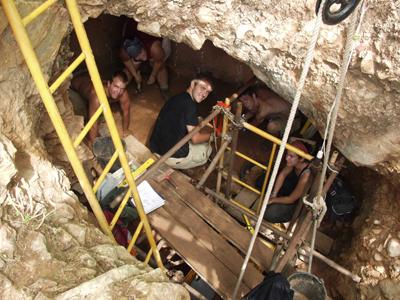 Excavaciones en la Sima de las Palomas. u. de murcia