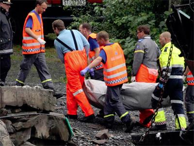 Los servicios de rescate trasladan un cuerpo. REUTERS