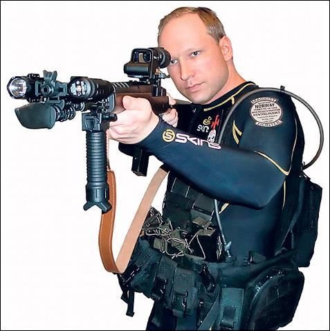 4. EL FRANCOTIRADOR. Breivik se retrató por último con un rifle de precisión, para el que tenía permiso. Las armas eran un instrumento fundamental para la labor sagrada de la que se creía imbuido.