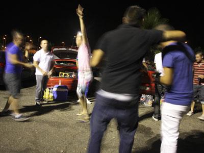 Un grupo de jóvenes del pueblo de Membrilla (Ciudad Real) pasa una noche de fiesta en el parking de la discoteca Fabrik, en Madrid. guillermo sanz