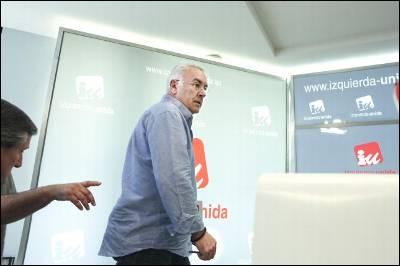 El coordinador federal, Cayo Lara, antes de comenzar su rueda de prensa en la sede de IU, el pasado 20 de junio, en Madrid.