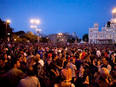 La plaza de Cibeles de Madrid, abarrotada ayer de miles de ciudadanos en protesta por el cierre policial de la Puerta del Sol.-