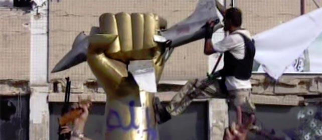 Los rebeldes celebran la conquistan de del complejo residencial de Gadafi. - AP
