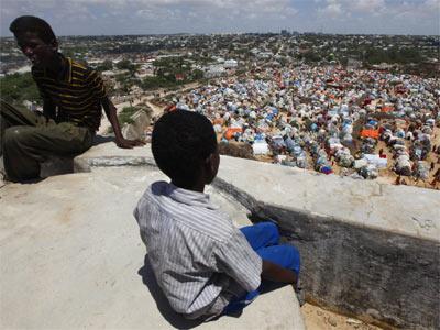 Un niño observa el campamento de desplazados internos por la hambruna en Mogadiscio (Somalia).-DAI KUROKAWA / EFE
