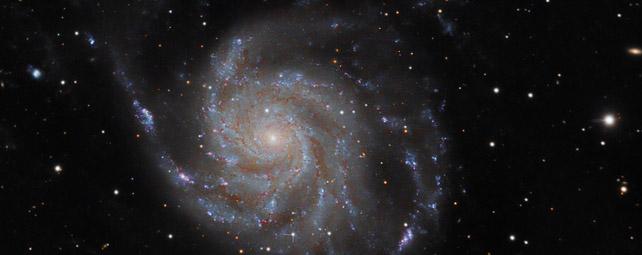 La supernova, junto a la galaxia espiral del molinete.