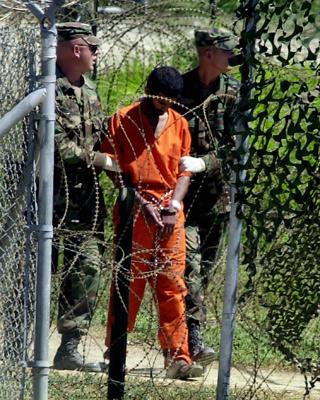 Un prisionero es llevado al interrogatorio en Camp X-Ray, el 2 de marzo de 2002.-