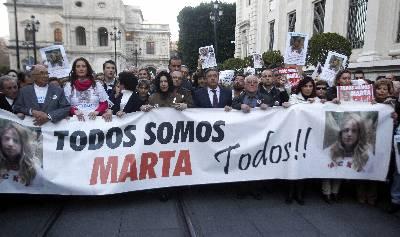 El abuelo de Marta del Castillo José Antonio (2i), y sus padres, Antonio y Eva (c) y el alcalde de Sevilla, Juan Ignacio Zoido, (8i) en la cabecera de la manifestación de 10.000 personas, según la policía nacional, que se está celebrando en Sevilla.