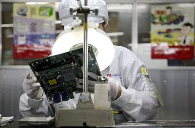 Un trabajador en la planta de Foxconn en Shenzhen (China). -