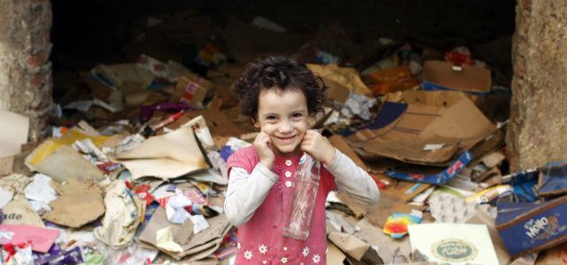 Una niña sonríe en un vertedero de El Cairo.