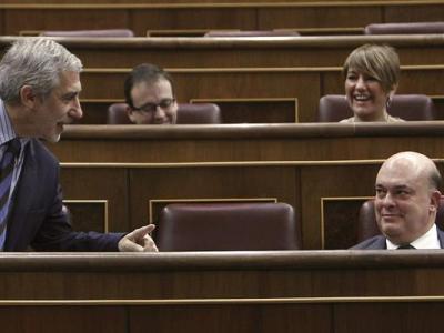 Gaspar Llamazares (Izquierda Plural) y Emilio Olabarria (PNV), dos de los diputados indignados con el PP, en una foto de archivo en el pleno del Congreso.- EFE