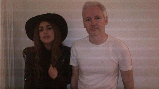 Lady Gaga junto a Julian Assange en la embajada de Ecuador.