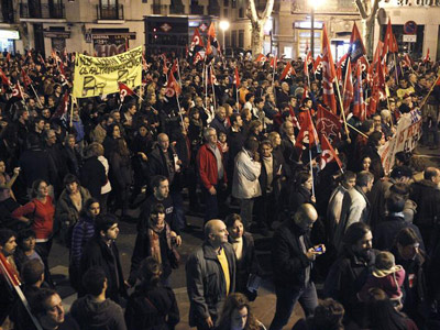 Un momento de la gran manifestación sindical nocturna en Madrid. KOTE RODRIGO / EFE