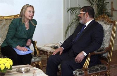 El presidente egipcio, Mohamed Morsi, se reúne con la secretaria de Estado de los Estados Unidos, Hillary Clinton. -