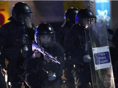 Unos Mossos d'Esquadra se agrupan, en Barcelona, tras haberse disuelto la manifestación convocada con motivo de la jornada de huelga general.